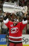 图文-NHL总决赛北卡飓风队捧杯我终于举起了奖杯
