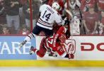 图文-NHL总决赛北卡飓风队捧杯争夺激烈谁都不服