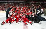 图文-NHL总决赛北卡飓风队捧杯胜利合影全家福