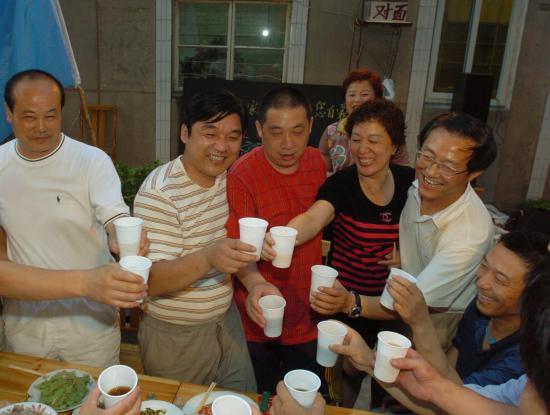 图文-父母邻居家中为刘翔庆生让我们举杯庆祝