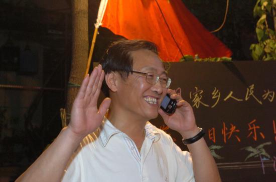 图文-父母邻居家中为刘翔庆生给爱子通电话