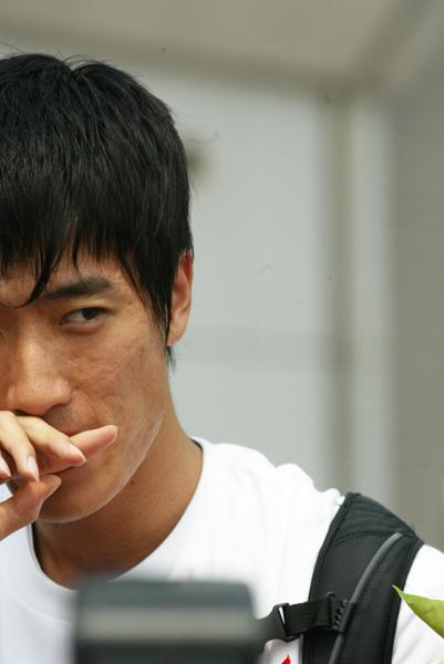 图文-栏王刘翔洛桑载誉归来跨栏王眼神中杀气十足