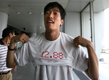 图文-栏王刘翔自洛桑载誉回京展示12秒88T恤衫