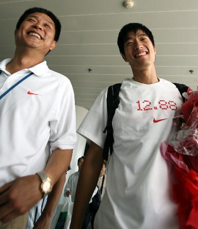 图文-栏王刘翔自洛桑载誉回京12秒88写在胸前