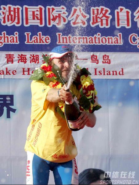 图文-第五届环青海湖自行车赛揭幕威辛格穿上黄衫