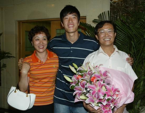 图文-刘翔打破世界纪录返回上海与老爸老妈合影
