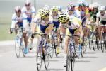 图文-环青海湖自行车赛第二赛段领先不忘交流