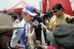 图文-环青海湖自行车赛第二赛段车手被记者围攻