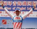 图文-环青海湖自行车赛第二赛段威辛格高举双臂
