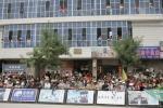 图文-环湖赛第五赛段战况市民热情高涨观看比赛