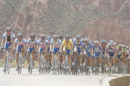 图文-环青海湖自行车赛第五赛段浩浩荡荡挺壮观