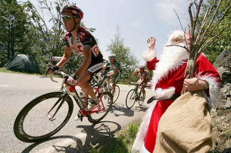 图文-环法第17赛段兰迪斯夺冠圣诞老人祝福车手