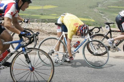 图文-环湖赛亚林吉摔倒仍保黄衫检查车子是否受损