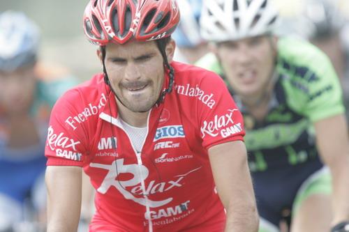图文-环青海湖自行车赛第八赛段红衣骑手快速前进