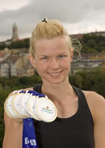 图文-欧洲游泳锦标赛德国破纪录女将展示四金一银