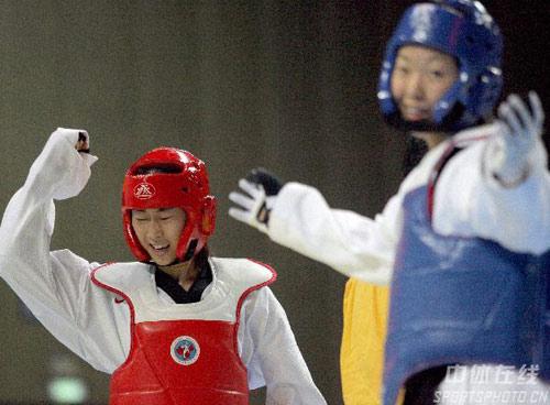 图文-跆拳道姜玲玲获67公斤级冠军打得对手很无奈
