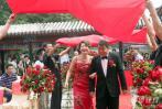图文-男乒主帅刘国梁今日完婚红地毯上新人相挽