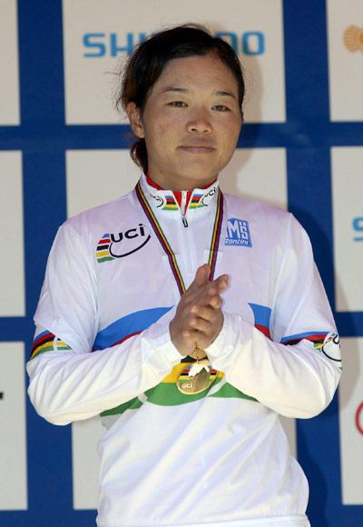 图文-世界青年山地车锦标赛任成远穿上冠军白衫