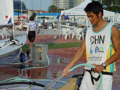 图文-青岛国际帆船赛第6日方镇南冲洗备战明日