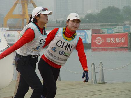 图文-青岛国际帆船赛第8日王晓丽/黄绪峰上岸
