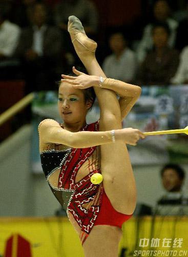 图文-全国艺术体操锦标赛揭幕棒操的高难度动作