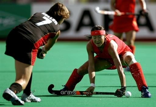 图文-女曲世界杯中国队遭遇三连败唐春玲力阻对手