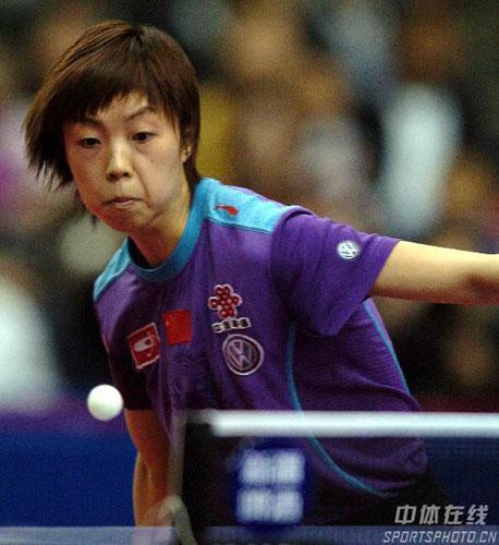 图文-女乒世界杯落下帷幕张怡宁准备迎球痛击