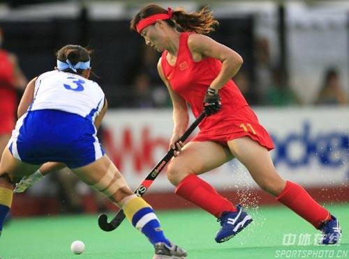 图文-女曲世界杯中国不敌韩国唐春玲带球突破