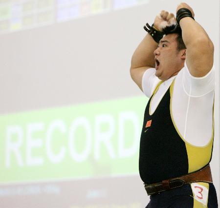 图文-东峰获得男子105公斤以上级铜牌振臂高呼