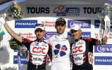 图文-巴黎自行车单日赛落幕前三名领奖台合影留念