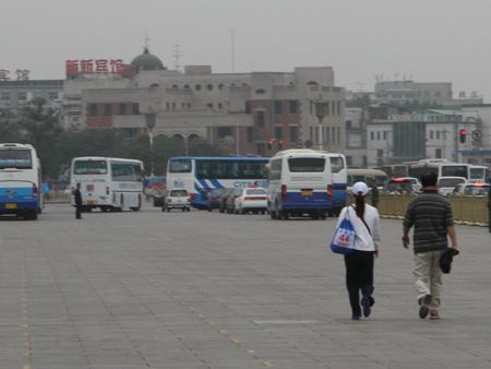 图文-王德显意外现身北京马拉松匆匆离去的背影