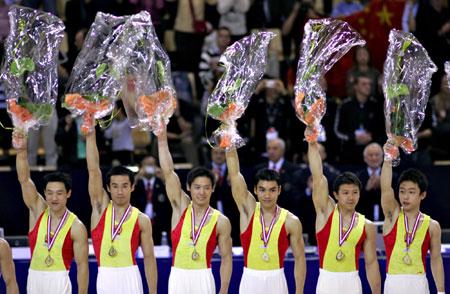 图文-体操世锦赛中国男团重登巅峰小伙子高举鲜花