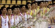 图文-体操世锦赛中国男团重登巅峰手捧鲜花笑开颜