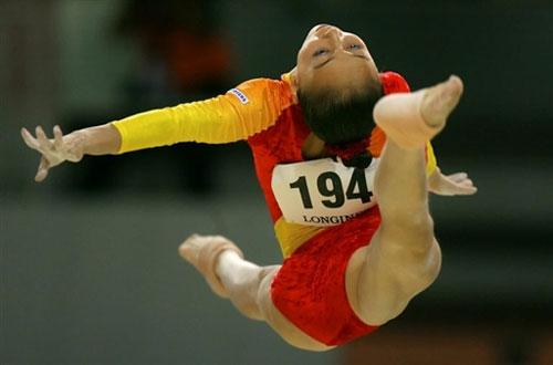 图文-体操世锦赛女子团体决赛平衡木上腾空而起