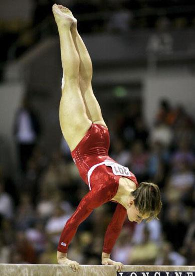 图文-体操世锦赛女子团体决赛比格尔平衡木玩倒立