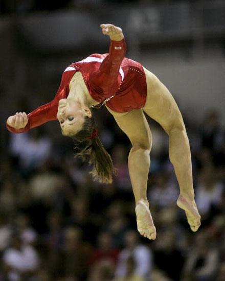 图文-体操世锦赛女子团体决赛平衡木上纵身而起