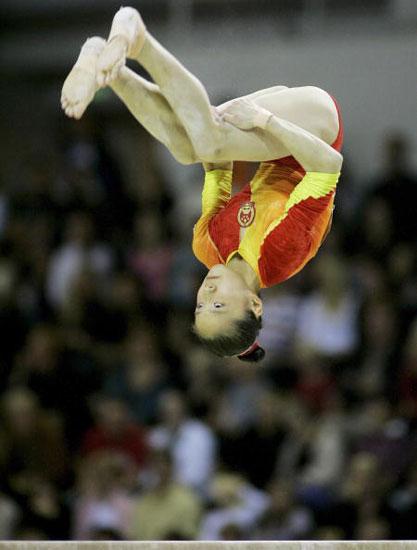 图文-体操世锦赛女子团体决赛窄小横木上翻跟头