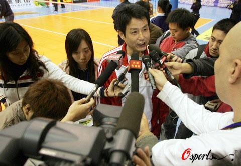 图文-中波女排对抗赛中国获胜陈指导赛后接受采访