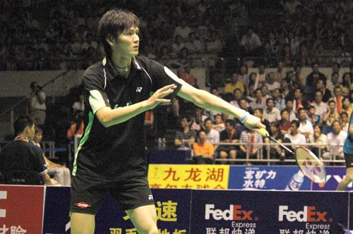 图文-中国公开赛男单半决赛鲍春来发球小心翼翼