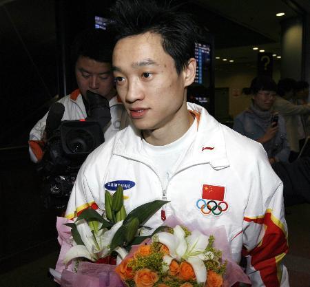 图文-中国体操队今日载誉回京杨威洋溢自信笑容