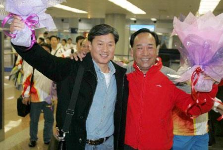 图文-中国体操队载誉回京黄玉斌高健共同缔造成功