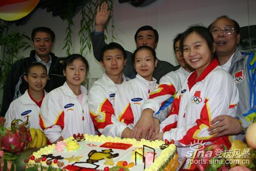 图文-中国体操健儿同切庆祝胜利蛋糕滋味何等甜蜜