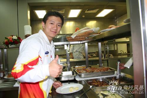 图文-中国体操健儿同切庆祝胜利蛋糕陈一冰享美食