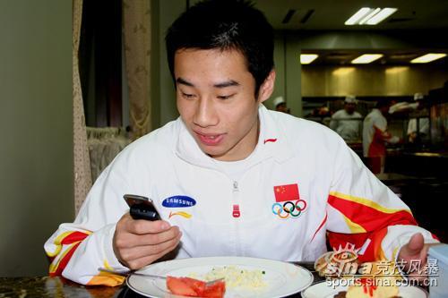 图文-体操冠军切蛋糕庆胜利肖钦享用美食发短信