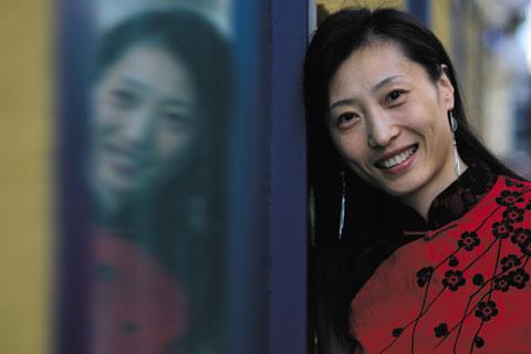 图文-张宁为《羽毛球》拍靓照大红衣服透喜庆气息