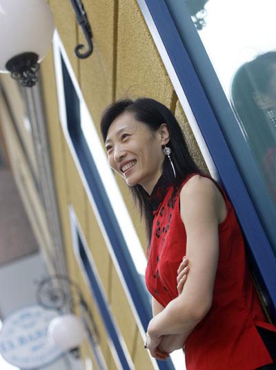图文-张宁为《羽毛球》拍靓照三十而立仍风姿绰约