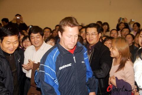 图文-瓦尔德内尔西安与球迷互动老瓦被粉丝包围
