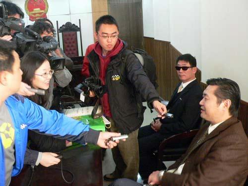 图文-艾冬梅等状告王德显案开庭王的律师接受采访
