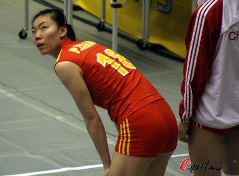 图文-女排世锦赛中国VS古巴张萍回眸在望什么