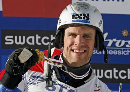 图文-单板滑雪世锦赛平行回转赛西蒙骄傲展示金牌